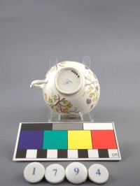 """Tasse Mit Blumenrelief  Provenance/Rights:  Museum im Schloss Porzellanmanufaktur FÜRSTENBERG (CC BY-NC-SA)"